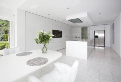 Blick in Küche mit Essbereich