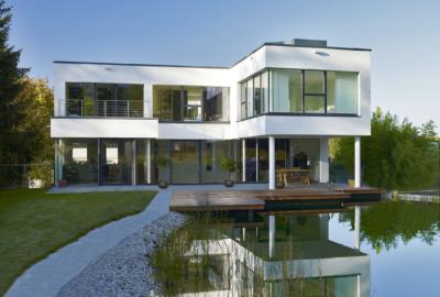 Blick auf Wohnhaus und Schwimmteich