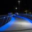 Theelbrücke bei Nacht mit blauer Beleuchtung