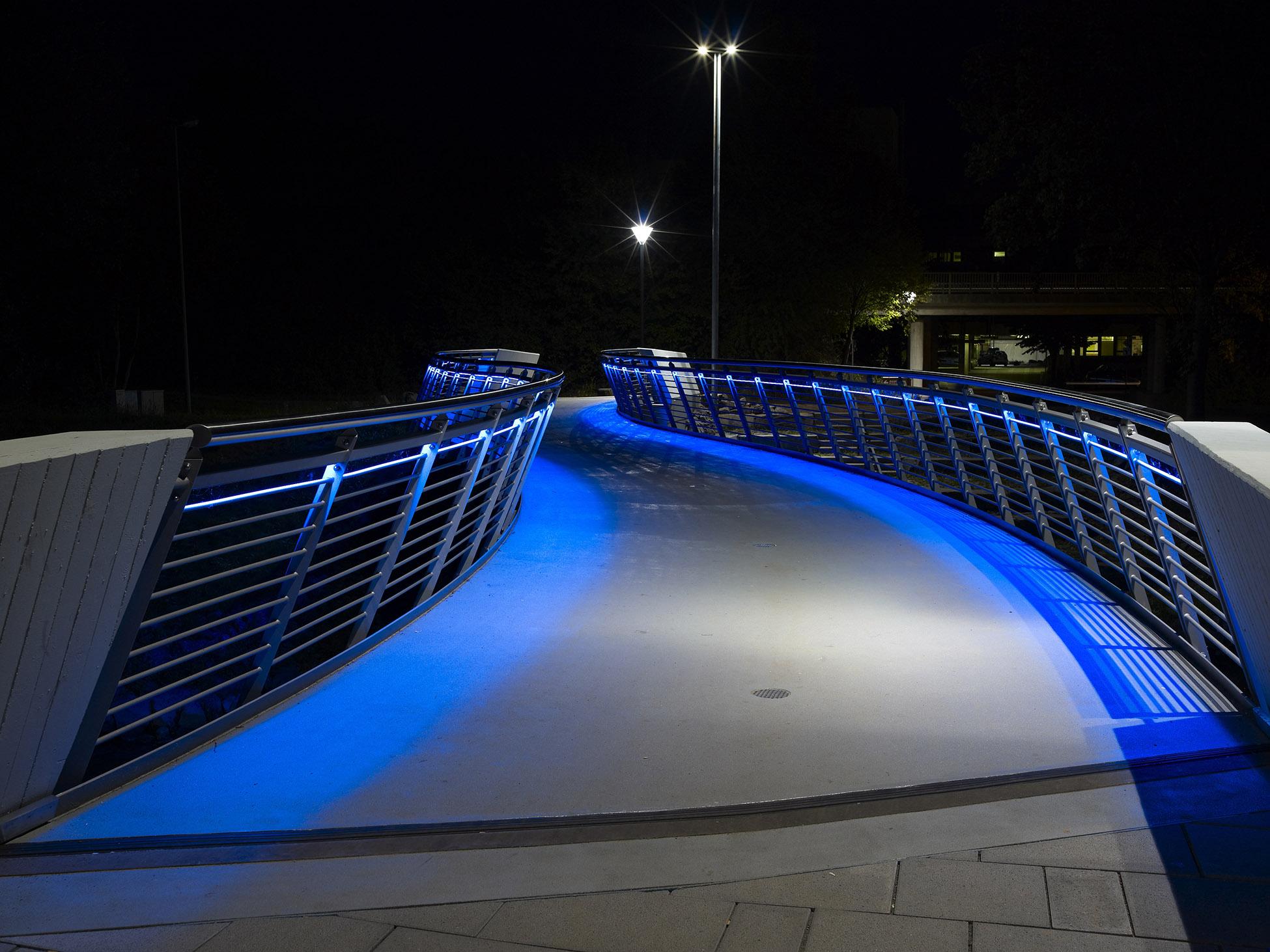 Brücke bei Nacht mit blauer LED Beleuchtung