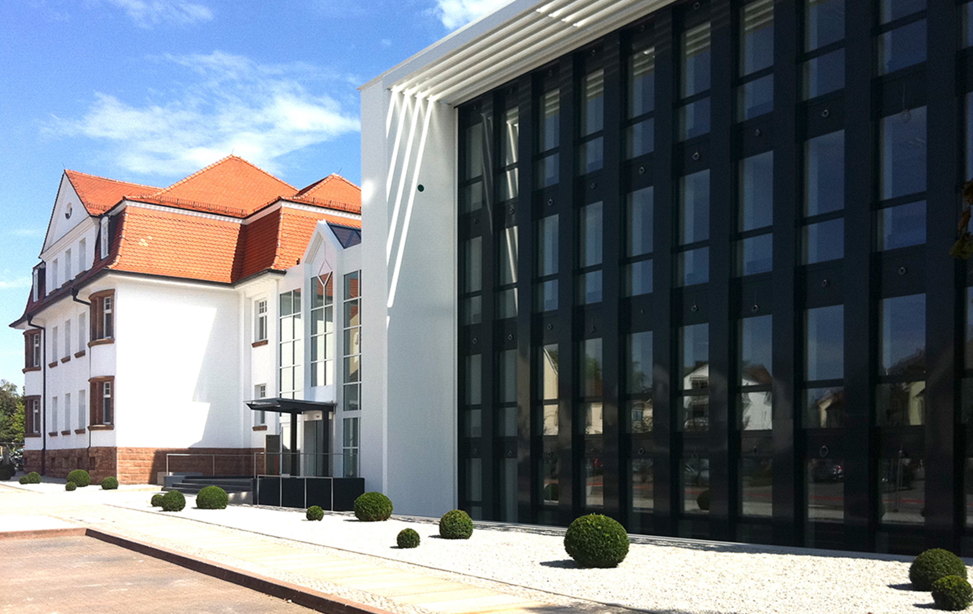 Fassade Verwaltungsgebäude Dr. Theiss Naturwaren , Homburg