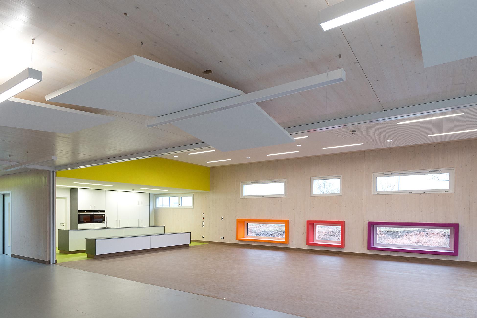 Küche und Gruppenraum mit farbigen Fenster